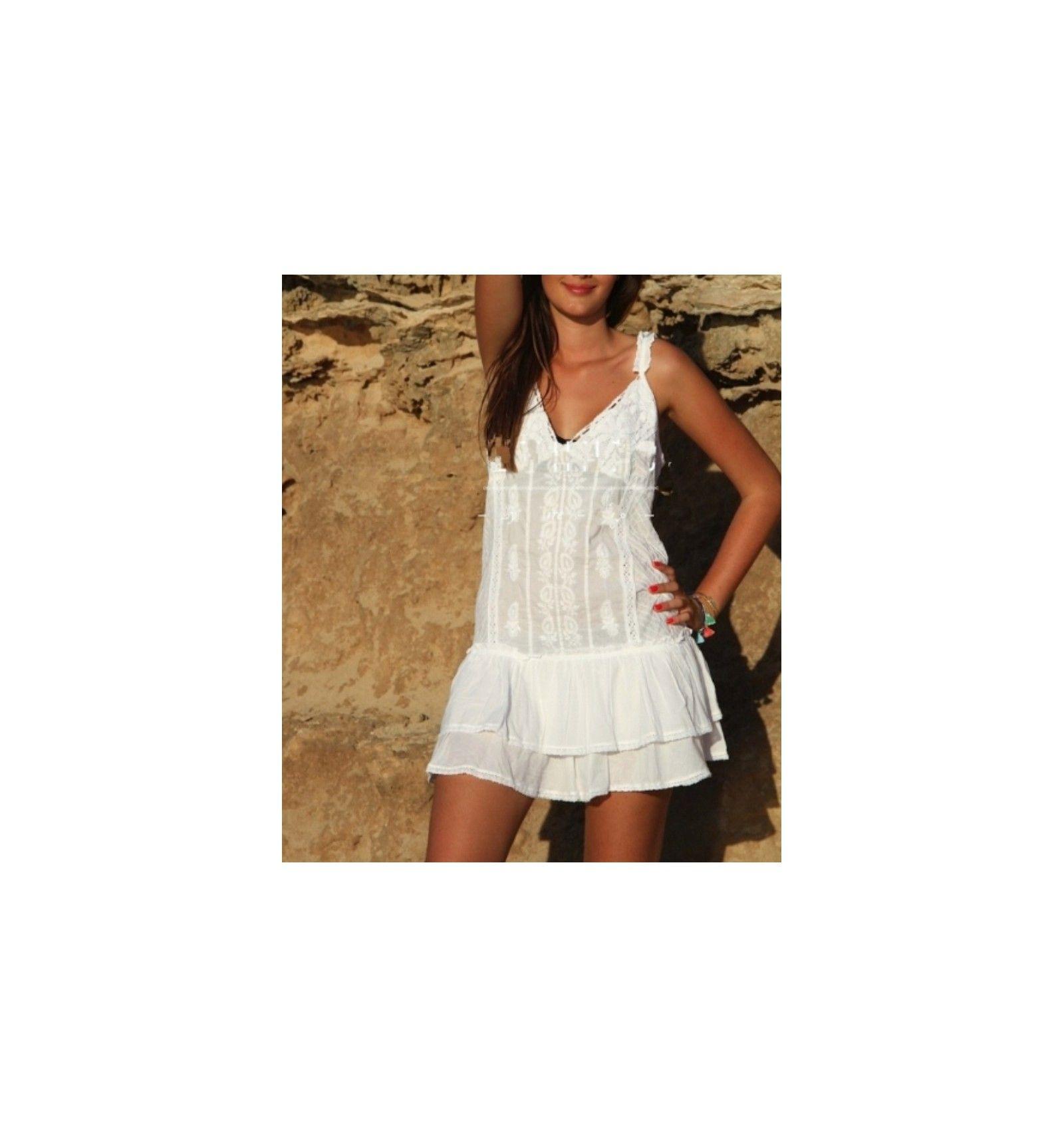 e4e92e28 Vestido blanco corto ibicenco con bordados y volantes en la falda.